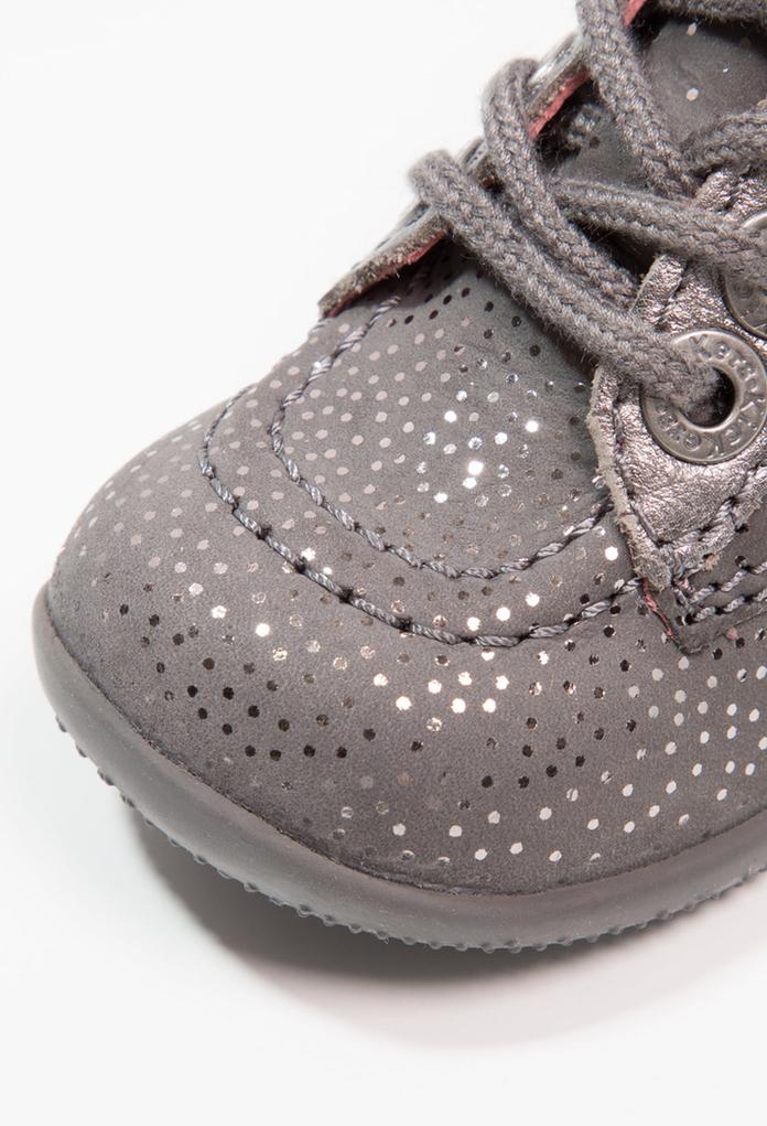 9f4592fa5eab8 Chaussures premiers pas pour bébé Bonbon gris de la marque Kickers